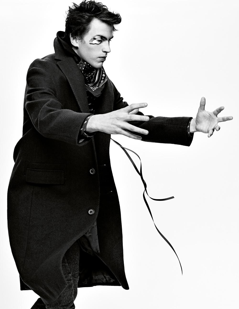 Manteau en laine et coton, et pantalon en laine, Lanvin. Chemise en coton, Louis Vuitton. Bandana, Coach. Ruban, Mokuba.  Retrouvez cette série dans son intégralité dans leNuméro Homme Force automne-hiver 2015, disponible actuellement en kiosque et sur iPad.   →Abonnez-vous au magazine Numéro →Abonnez-vous à l'application iPad Numéro   Réalisation : Paul Sinclaire assisté de Walker Hinerman. Mannequins : Mateo Fontalvo chez RequestModels. Raphael Wolf chez Click Models. Marshall Brockley chez Request Models. Jeremy Ruehlemann chez Request Models. John Waldo chez Red NYC Models. Noah Duran chez Request Models. Iain Wallacechez Request Models. Maquillage : Frank Buscarello chez The Wall Group. Coiffure : Rudy Martins chezL'Atelier. Numérique : Milk Digital. Retouche : Box Studios. Production : Society MGMT.