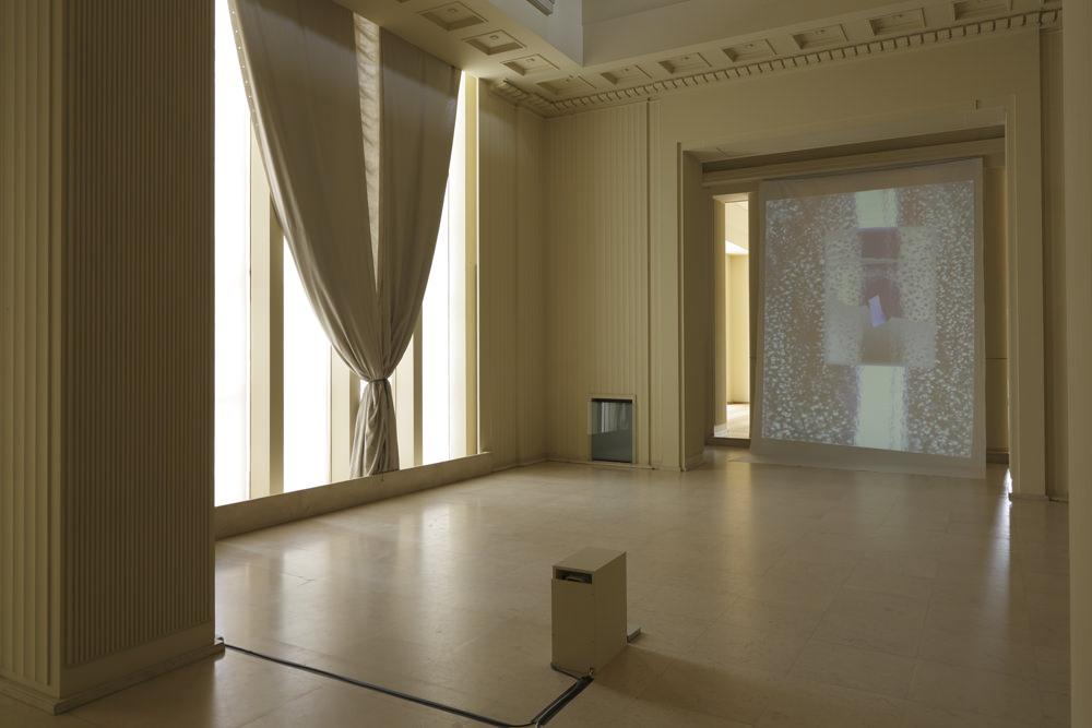 Vue de l'exposition de Trisha Donnelly au musée Serralves de Porto  Deux apparitions récentes de son œuvre ont confirmé ce que l'on savait déjà: Trisha Donnelly n'est décidément pas une artiste comme les autres. À celles et ceux qui en doutaient encore, elle en donna deux preuves supplémentaires au début de l'été, à Bâle et à Porto –et les occasions sont plutôt rares de voir les œuvres de cette artiste américaine née en 1974 à San Francisco et qui vit désormais à NewYork. Ses expositions sont rares et, par chance, les Parisiens n'en furent jamais privés grâce au flair infaillible de la galerie Air de Paris qui expose son travail depuis ses débuts en 2002: elle sortait alors à peine de la Yale University School of Art où elle passait son Master of Fine Arts. L'occasion de faire l'expérience unique que constitue la visite d'une de ses expositions se présentera prochainement aux retardataires comme aux fans, tandis que le Palais de Tokyo reçut récemment de la part de cette artiste plutôt réservée un oui à la proposition de l'exposer en 2017. Un oui qui ne signifie nullement, d'ailleurs, que l'exposition aura lieu.