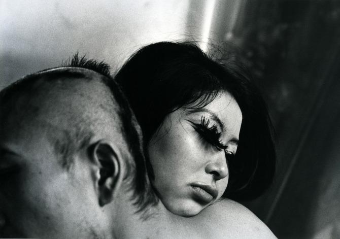 5. Tomatsu Shomei sur le stand de la Galerie Misa Shin  Tomatsu Shomei est l'un des grands maîtres japonais de la photographie, l'égal d'un Daido Moriyama ou d'un Nobuyoshi Araki. La Galerie Misa Shin propose sur Art Now quelques-uns de ses clichés des années 60. L'occasion de rappeler que le photographe est également à l'honneur au BAL à Paris, au sein de la sublime exposition PROVOKE.  Persuadé que la photographie ne pouvait documenter le réel, Tomatsu Shomei s'efforçait de capturer un moment éminemment subjectif. Loin du réalisme, ses clichés de la contestation sociale des années 60 offrent un cadrage abrupt et un rendu flou proche de l'abstraction, comme si, face à l'impossibilité de montrer le réel et de rendre compte de la violence sociale, et face à la multiplicité des images et leur reproductibilité infinie, il n'y avait pas d'autre choix que le chaos. Une approche qui fait étrangement écho à notre époque.  Misa Chin Gallery  Asia Now, Paris Asian Art Fair, du 20 au23 octobre, 9, avenue Hoche, Paris VIIIe,www.asianowparis.com