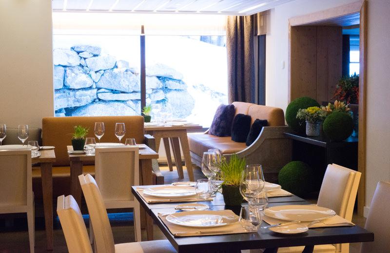 Le restaurant gastronomique de Bilal Amrani à La Sivolière.   Privilégiantla sobriété, l'hôtel La Sivolière, au design soigné et raffiné, séduit par son luxe discret.Les chambres avec vue sur la forêt allient bois brut, couleurs chaleureuses et mobilier contemporain. Le bar, tout en pierre de taille, est surmonté d'un lustre signé du designer Kevin Reilly. Le restaurant gastronomique du chef Bilal Amrani propose des produits locaux et régionaux dans un décor convivial de bûches, autour d'une cheminée. Dans son espace spa revêtu de marbre, l'hôtel propose des soins d'ostéopathie et de réflexologie.  La Sivolière Rue des Chenus –73120 Courchevel Tél.04 79 08 08 33   Par Léa Zetlaoui