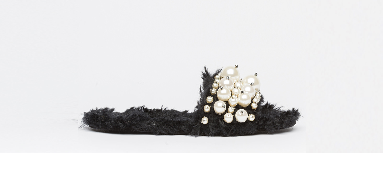 Eco shearling slipper embroidered with pearls, MIU MIU.  Sélection Rebecca Bleynie.