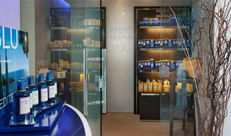 """Pause bien-être au spa Acqua Di Parma  Situé au sein très sélect Yacht Club Costa Smeralda, la noble parfumerie italienne Acqua Di Parma étend son savoir-vivre à l'italienne et ses fabrications artisanales précieuses à l'univers du spa. Traitement détoxifiant, massage aromathérapique ou encore masque du visage revitalisant, chaque soin s'accompagne d'une sélection de parfums signatures ou d'huiles essentielles crées par la maison comme l'""""Arancia Di Capri"""" ou le """"Fico di Amalfi"""".  http://spa.acquadiparma.com/"""