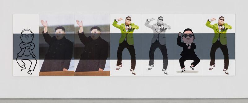 """Stripe2014, 60 x 185""""152.4cm x 541cmoil, acrylic ink and Flashe on canvas  Chez Elizabeth Dee, l'an passé, l'œuvre de Wachtel intitulée Stripe se distinguait, elle, par l'utilisation d'images du chanteur sud-coréen Psy, combinées avec une représentation du même Psy façon cartoon et une image deux fois répétée de l'actuel dirigeant de la Corée du Nord, Kim Jong-un. Depuis leur apparition au début des années80, les œuvres de Julia Wachtel ont d'ailleurs affirmé une belle constance dans leur forme. Ce sont généralement plusieurs panneaux assemblés, qui mélangent des images d'actualité (personnages ou scènes plus complexes) et des héros de cartoon, semblables à ceux qui furent si populaires aux États-Unis, dans les Années60 et 70, sur les enseignes publicitaires, sur des cartes de vœux, des dessins satiriques… Si les célébrités et les images de cartoon sont convoquées à tort et à travers –il semble qu'elles doivent aujourd'hui justifier absolument n'importe quoi– l'influence war-holienne est ici bel et bien réelle, dans la forme comme dans le fond, et sans détour. Wachtel s'en saisit à une époque où, il faut le rappeler, Warhol n'avait guère de succès que pour sa frivolité et sa mondanité, autant dire pas vraiment de succès dans l'industrie de l'art, qui d'ailleurs n'en était pas encore réellement une."""