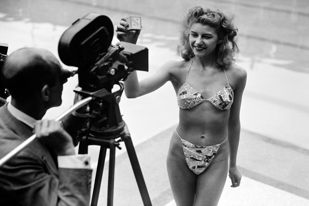 Concours de maillots de bain, piscine Molitor, 1946, Micheline Bernardini en Bikini Louis Réard. © AFP photo  En explorant l'histoire de la mode à travers les boutons dans Déboutonner la mode, puis en revenant sur trois siècles de création avec Fashion Forward,le musée des Arts décoratifs nous a habitués à des concepts détonants. À chaque expositionson approche ludique pour rafraîchir l'exercice et sortir des carcansacadémiques. Tenue correcte exigée s'incrit elle aussi dans cette lignéepuisqu'elleretrace l'histoire des plus grandes transgressions stylistiques du XVe siècle à nos jours: minijupe, pantalon et smoking pour femmes, lingerie comme tenue de soirée… Autant de coups d'éclatsublimes, de Thierry Mugler à Yves Saint Laurent, qui ont modelé nos sociétés modernes et questionné les conventions sociales.  Apparemment léger, le sujet se révèle en réalité très dense et interroge le regard que nous portons sur l'autre, avec la notion de genre en tête. Jeanne d'Arc, condamnée en partie à cause de son habit masculin, les garçonnes en pantalon Chanel et les hommes en jupe de Jean Paul Gaultier; tous ont aidé à redéfinir les lignes de conduite de la féminité et de la masculinité, les mettant sans cesse à l'épreuve. En plus de cette thématique brûlante, la styliste Constance Guisset explore à travers sa fourmillante scénographie les rapports entre le vêtement et la règle, et la dimension provocatrice des excès vestimentaires. Inspirant.  Tenue correcte exigée, quand le vêtement fait scandale,au musée des Arts décoratifs, 107, rue de Rivoli, Paris Ier, www.lesartsdecoratifs.fr