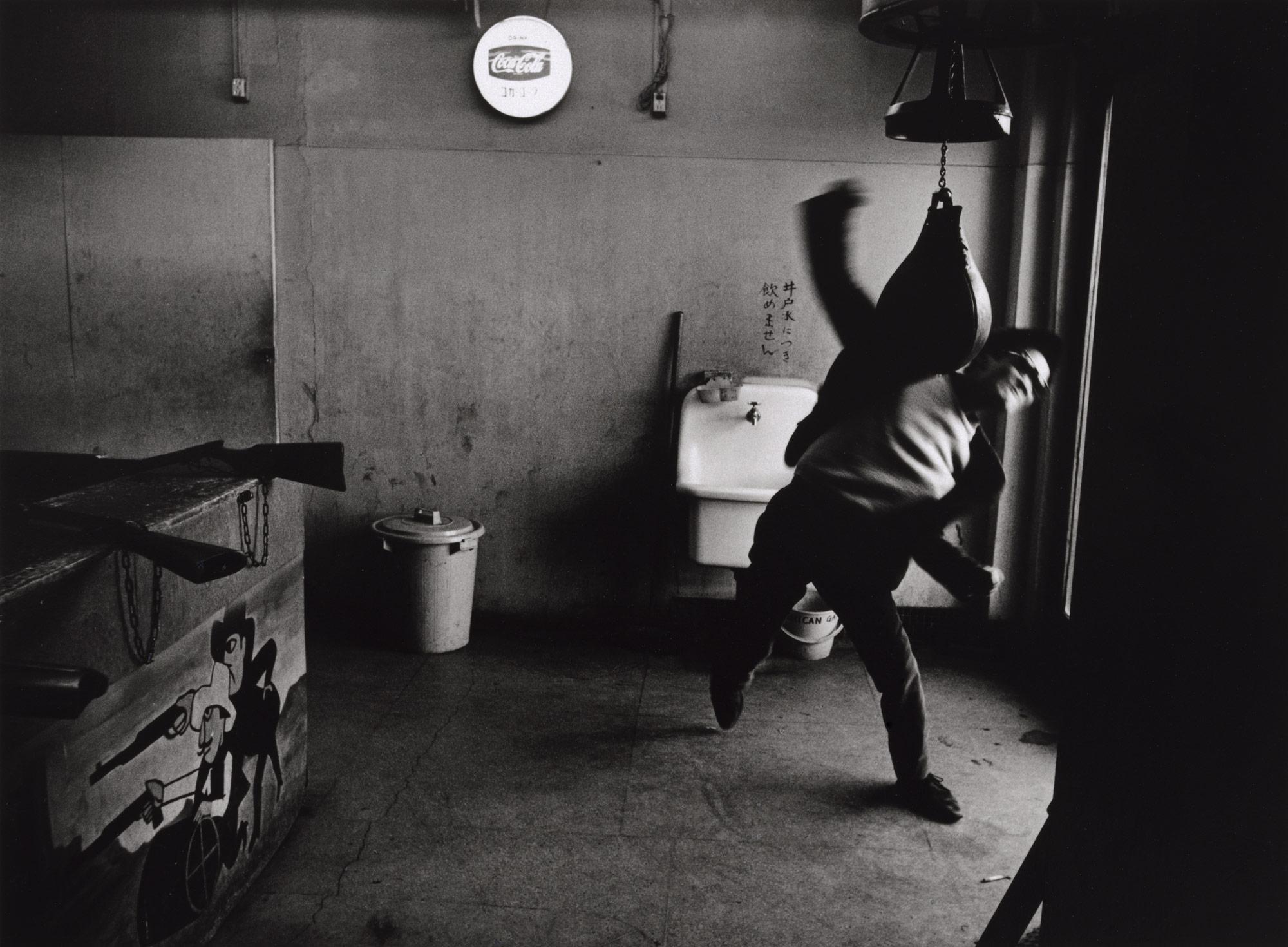 """Tōmatsu Shōmei, Editor, Takuma Nakahira, Shinjuku, Tokyo, 1964. Credit: © Tōmatsu Shōmei – INTERFACE / Collection of The Art Institute of Chicago   L'exposition du BAL dévoile les 3 numéros passionantsde la revue """"Provoke"""", aussi subversive que séditieuse, créée par les grands noms de l'avant-garde japonaise des années 60 (Araki Nobuyoshi,Tōmatsu Shōmei,Daido Moriyama...) et s'intéresse à la manière dont ce manifeste a poséles jalons de la photographie expérimentale au Japon.  A travers le prisme de la revue et des photographes qui y sont affiliés, l'exposition revient sur le contexte de crise politique, sociale et identitaire qu'a connu la population nippone à cette époque – occupation américaine par la base militaire américaine à Okinawa, occupation des universités par les étudiants, bataille de Sanrizuka - et à partir duquel a émergé un nouvel art photographique contestataire et radical.   Poussés par la conviction que la photographie ne peut se faire le reflet factuel du réel, ces photographes développent un artprofondément subjectif etfragmentaire comme le dévoile la série «Asphalte» de Shōmei Tōmatsu ou encore le cadrage abrupte chez Taki Kōji. Une photographie qui va à contre courant de la photographie militante documentaire et linéaire des années 60. Suivant cette dynamique, «Provoke» et ses créateurs déconstruisent le propos, osent le flou etjuxtaposent les récits à l'image de la série « Xeros Photos Albums » signée Araki Nobuyoshi."""