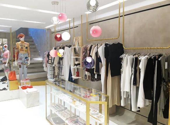 """Shopping créateurs chez Tserkov  Ce concept-store de luxe lancé par le directeur artistique Andreas Menelaou propose une sélection contemporaine de créateurs établis. D'Elie Saab à Anthony Vaccarello en passant par Etudes Studio, cette sélection s'étale sur près de 300m2 et deux étages. Le premier étant réservé au prêt-à-porter féminin, le second à l'homme ainsi qu'aux collections unisexes. Le premier concept-store Tserkov, qui ouvrait ses portes en février 2016 à Zurich, est déjà considéré comme le """"hot spot"""" du moment, nul doute que celui de Mykonos fera de même.  www.tserkovstores.com"""