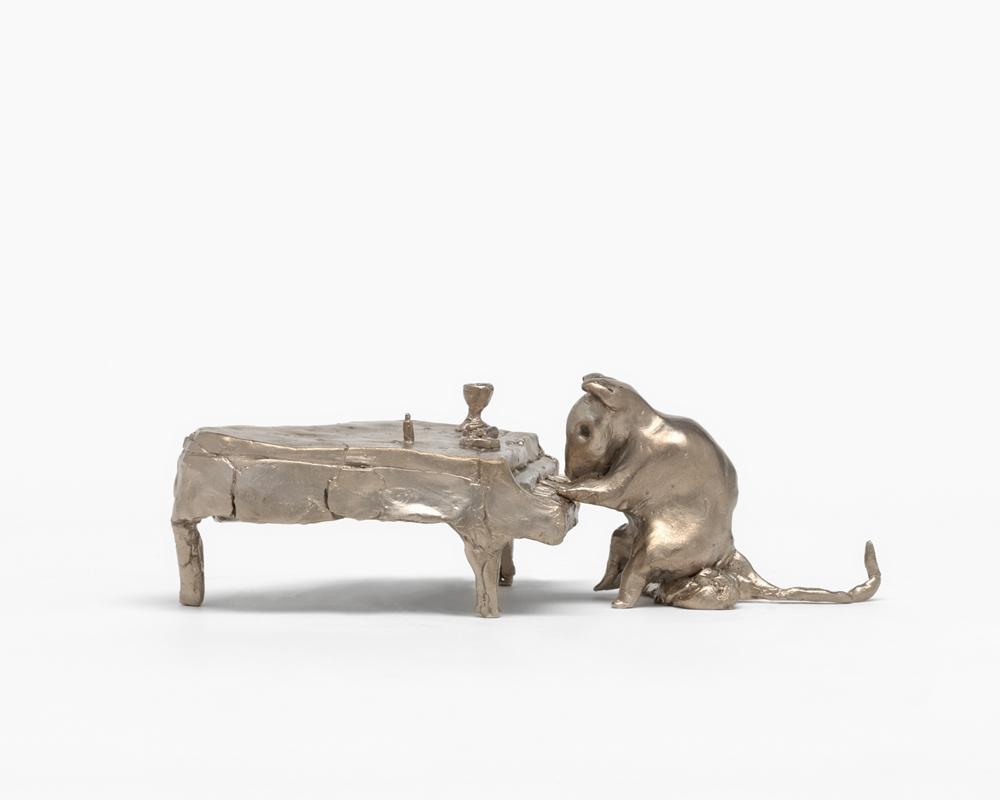 Rat Playing Piano(2016), bronze moulé, 7,9 × 22,2 × 13,3 cm. EA 2 d'une édition de 2 & 2 EA. Collection privée. Avec l'aimable autorisation de l'artiste ; Gagosian Gallery and Sadie Coles HQ, Londres. Crédit photo : Mats Nordman    Tous ces objets sont posés au sol, devant un grand collage qui représente un portrait de Frankenstein, mais dont les détails proviennent d'un autre visage. Cette œuvre constitue en quelque sorte le prolongement de votre ensemble de sérigraphies Problem Paintings, qui superposaient à des images de l'âge d'or hollywoodien des objets tels que des vis, des clous, ou des aliments divers et variés.  Du point de vue technique, oui, c'est un collage. Il associe ce portrait de Frankenstein, à l'arrière-plan, avec un visage qui vient s'y superposer. J'ai ajouté les couleurs par ordinateur. Le visage plaqué sur le portrait de Frankenstein comporte seulement un minimum de traits caractéristiques: la bouche, le nez et les yeux. Un portrait très simple, avec la plus petite quantité de chair possible.