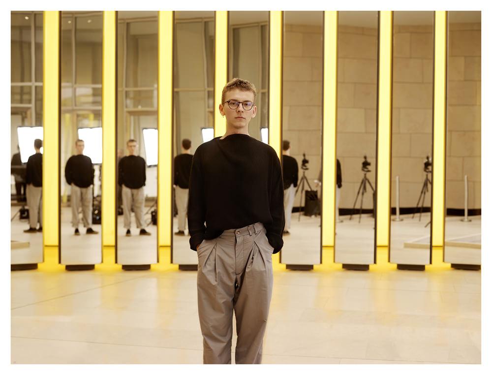 Vejas Kruszewski par Cédric Delsaux  À 19ans, l'autodidacte Vejas Kruszewski s'est vu attribuer le prix spécial du jury LVMH, doté de 150000euros. Son vestiaire déconstruit la notion de genre et revisite le style urbain contemporain: des classiques tels que le bomber ou le jean sont réinventés à partir d'un détail (Zip, surpiqûre) qui envahit le vêtement. Une vision très novatrice qu'il élabore depuis Toronto, en se fondant uniquement sur des magazines, des tutoriels trouvés sur YouTube, et un stage de couture dans une entreprise locale. Ce style fait déjà le bonheur des concept stores de Carol Lim et d'Humberto Leon, Opening Ceremony, où ses pièces connaissent unvéritable succès. Numéro arencontré le jeune talent.