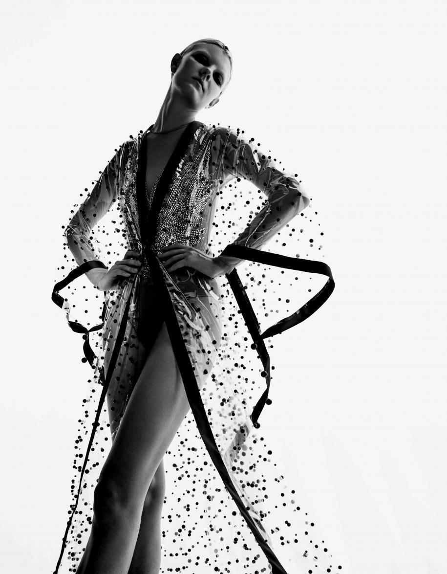 Manteau en PVC transparent brodé de perles, CHANEL. Body en tulle, VERONIQUE BRANQUINHO.