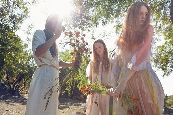 De gauche à droite, lui : robe en soie, DUSAN. Elle : robe en rayonne, IRO. Pèlerine en mousseline de soie peinte, PALACE COSTUME. Elle : robe en mousseline de soie, VALENTINO.