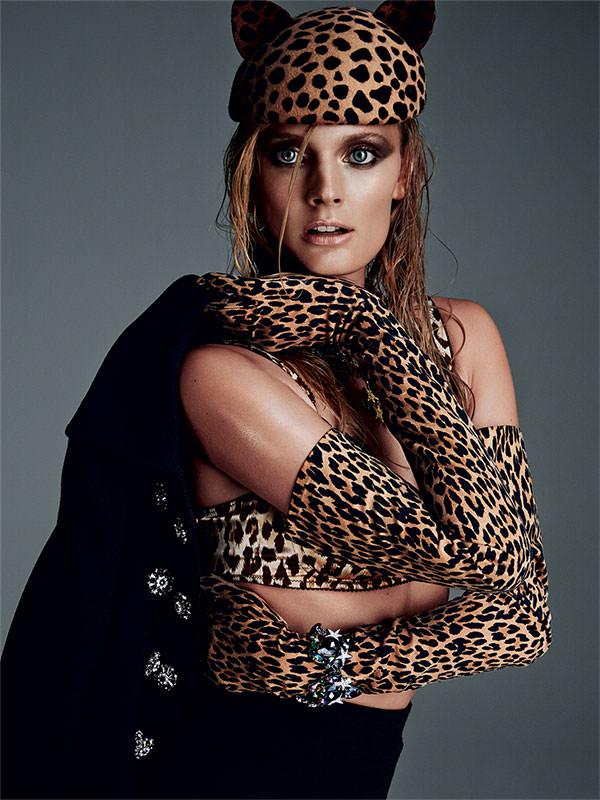 Veste et jupe en laine, et soutien-gorge, DOLCE&GABBANA. Chapeau, EUGENIA KIM. Gants, PORTOLANO. Bracelet, ASSAD MOUNSER.