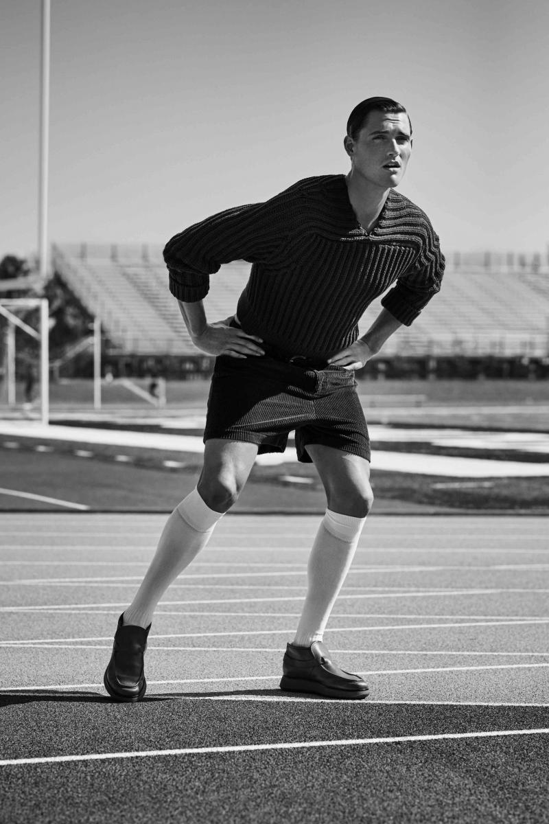 Pull en maille de coton, short en velours côtelé et chaussures, Salvatore Ferragamo. Chaussettes, Falke.
