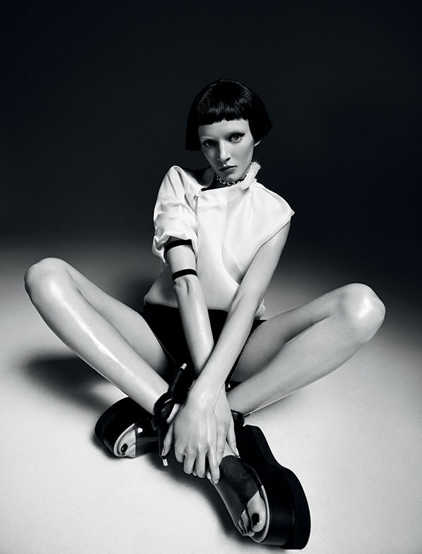 Blouse en organza, AGANOVICH. Short en laine, ICEBERG. Chaussures, MM6 – MAISON MARTIN MARGIELA. Bracelets, CHROMAT. Collier, DKNY.