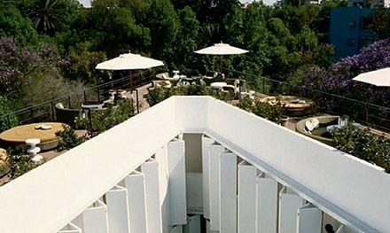 1 h 00 : repos mérité à l'hôtel Condesa DF  Niché dans une maison néoclassique décorée par India Mahdavi, sans aucune signalétique révélant sa présence au quidam, l'hôtel Condesa DF est la pépite de Mexico. Lesinsiderstrustent son fabuleux toit-terrasse pendant Zona Maco.www.condesadf.com © Undine Pröhl