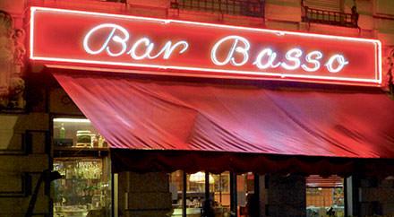 23 h 30 : papotages au Basso Designers et personnalités de la mode se rassemblent ici pour papoter en se délectant de délicieux cocktails fruités. www.barbasso.com. © Courtesy of Bar Basso