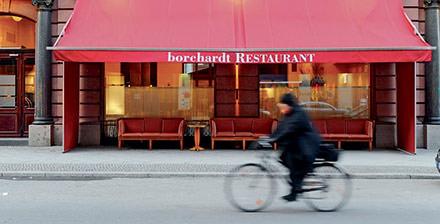 People Watching  Rien de tel qu'un déjeuner chez Borchardt pour savourer un copieux Wienerschnitzel, en côtoyant tout ce que la ville compte de A-list celebrities et de politiques allemands.www.borchardt-restaurant.de. © Constance Breton