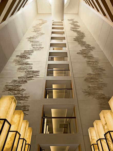 9 h 00 : réveil à l'Upper House  Dans cet hôtel ultra-design au style minimaliste, on reconnaît immédiatement la patte du fameux architecte André Fu : les teintes douces, les beaux volumes, la lumière. Le lieu regorge d'oeuvres d'artistes asiatiques contemporains. Sans oublier la vue imprenable sur Victoria Harbour. Son Café Gray Deluxe, au 49e étage, est idéal pour un réveil… en hauteur.www.upperhouse.com. © DR
