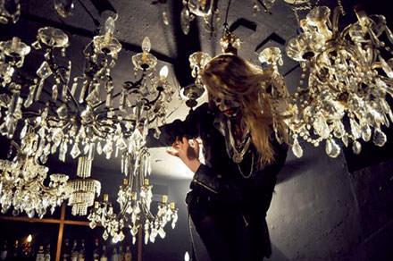 1 h 00 : recyclage nocturne au Plastic Le club le plus célèbre et déjanté d'Italie. Performances de drag-queens, musique tournoyante et ambiance no limit. www.anglerecords.com. © Courtesy of Galleria Rossana Orlandi