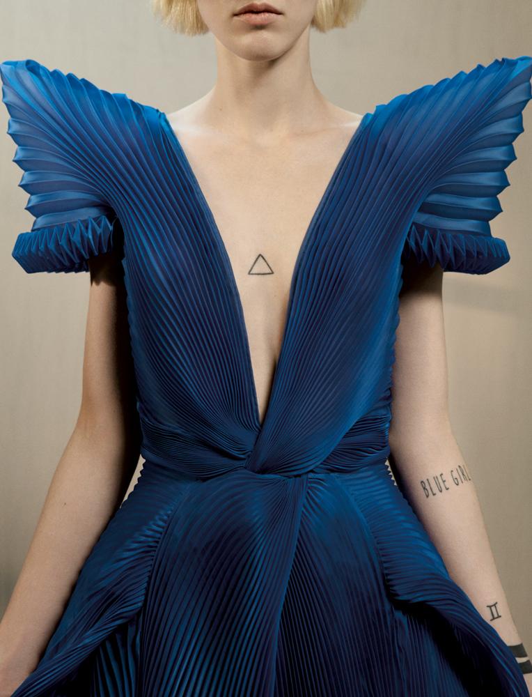 """Robe-body """"Le Grand Bleu"""" en mer d'organza de soie plissé à décolleté plongeon et épaules requin à remous, GAULTIER PARIS."""