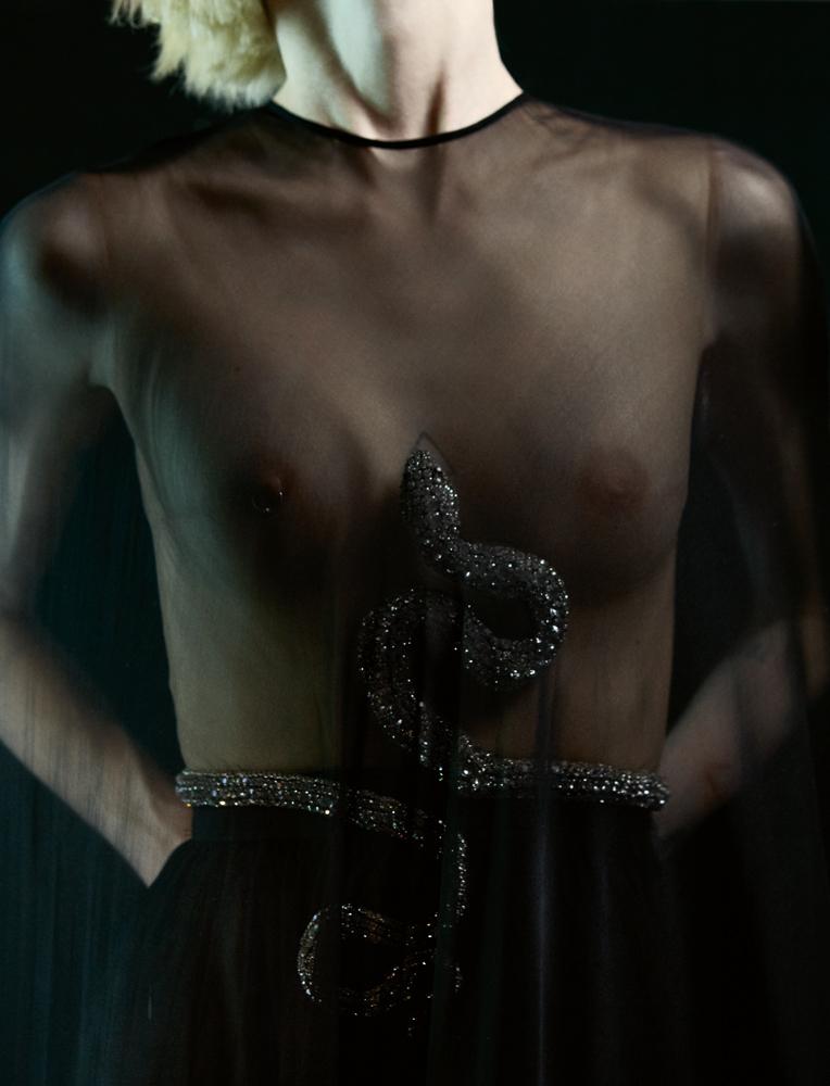 Robe du soir en mousseline de soie bordée de plumes d ' autruche, ceinturée d'un serpent en cristal, GIAMBATTISTA VALLI HAUTE COUTURE.