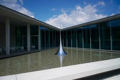 Une sculpture de Hiroshi Sugimoto installée au sein du Centre d'art de l'architecte Tadao Ando.