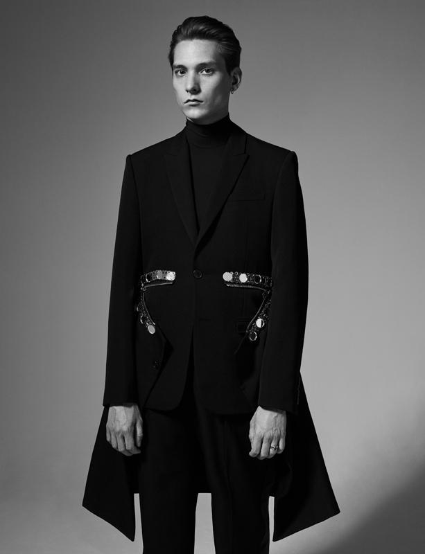 Manteau en drap de laine brodé, col roulé en jersey de coton et pantalon en laine, GIVENCHY PAR RICCARDO TISCI.