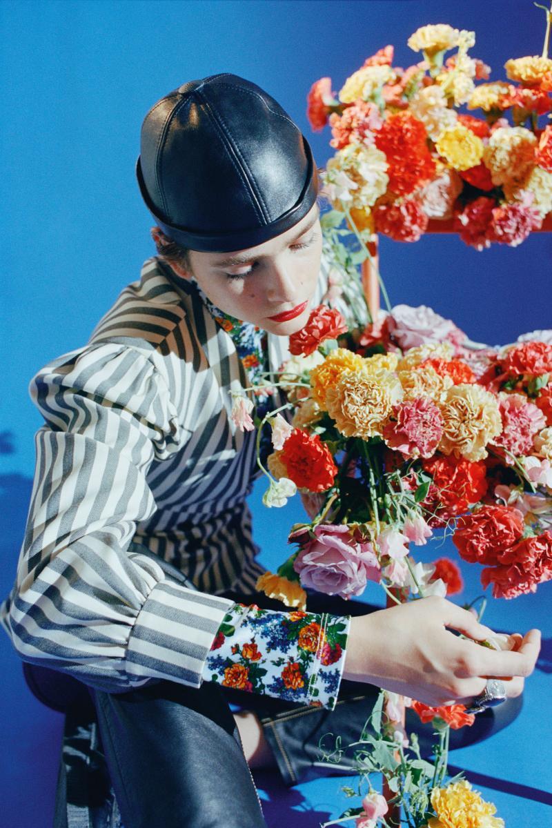Veste en laine à rayures, pull à col roulé en coton à imprimé floral, pantalon et chapeau en cuir, LOUIS VUITTON. Bagues, TANT D'AVENIR.