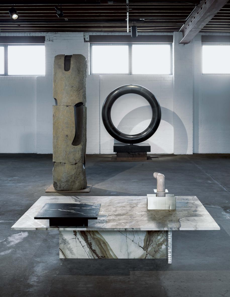 Au premier plan, table basse Cut_Paste #8 (2015) de Robert Stadler, sur laquelle repose, à droite, l'œuvre Pink Jizo (vers 1960) d'Isamu Noguchi. À l'arrière-plan, deux œuvres d'Isamu Noguchi. Vue de l'exposition Solid Doubts: Robert Stadler at the Noguchi Museum.