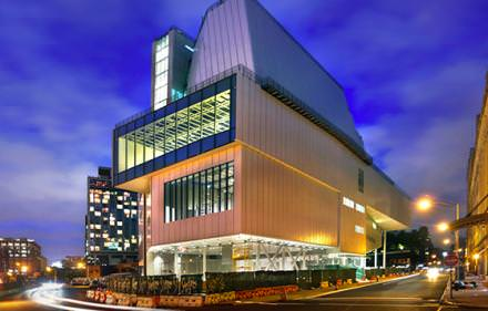 11 h 00: downtown Whitney  Le Whitney Museum rouvre ses portes en plein cœur du Meatpacking, dans un building flambant neuf de Renzo Piano. Il pend lacrémaillère début mai avec une rétrospective dédiée à l'artiste star américain Frank Stella. www.whitney.org Courtesy of Timothy Schenck