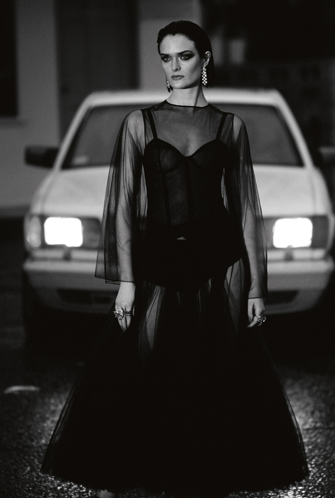 À gauche : robe en tulle et culotte, DIOR. Corset, CADOLLE.