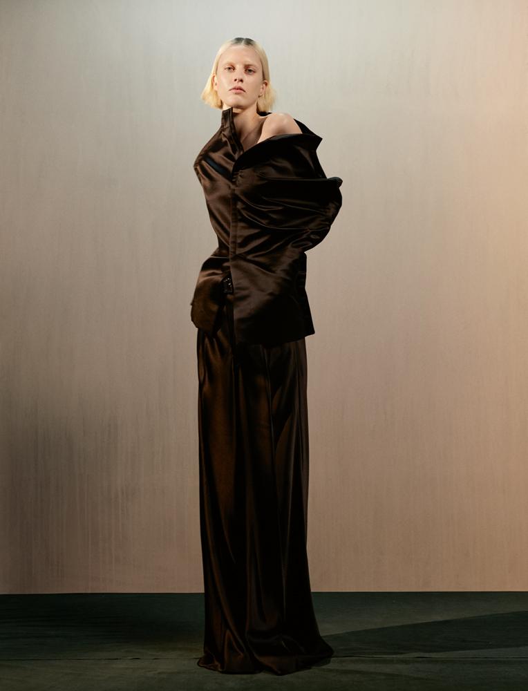 Jupe en satin duchesse noir décortiquée et por té e e n cape, pantalon coupé en biais en crêpe de satin noir et chaussures, MAISON MARGIELA ARTISANAL PAR JOHN GALLIANO.