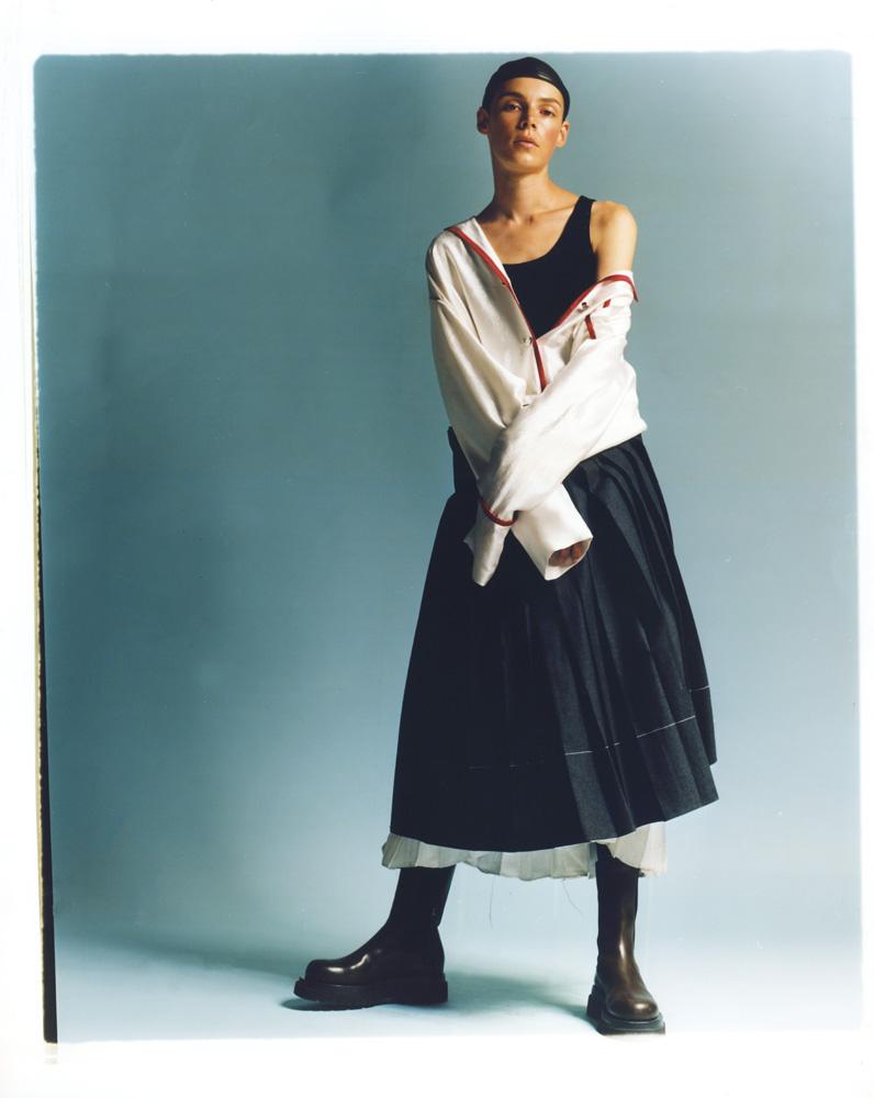 Robe chemise gansée en soie et jupe plissée en laine, MARNI. Débardeur en laine, MIU MIU. Bibi, LOUIS VUITTON. Bottes, BOTTEGA VENETA.