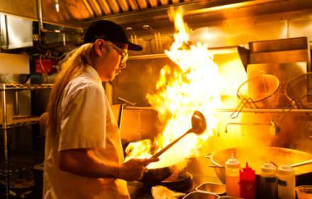 13 h 00: fast and fusion Mission Chinese Food est le repaire des foodies pressés ouvert par le jeune chef star Danny Bowien. Et à deux pas, lemême concept fusion, version mexicaine. www.mcfny.com, www.missioncantinany.com © Andrew Rowat