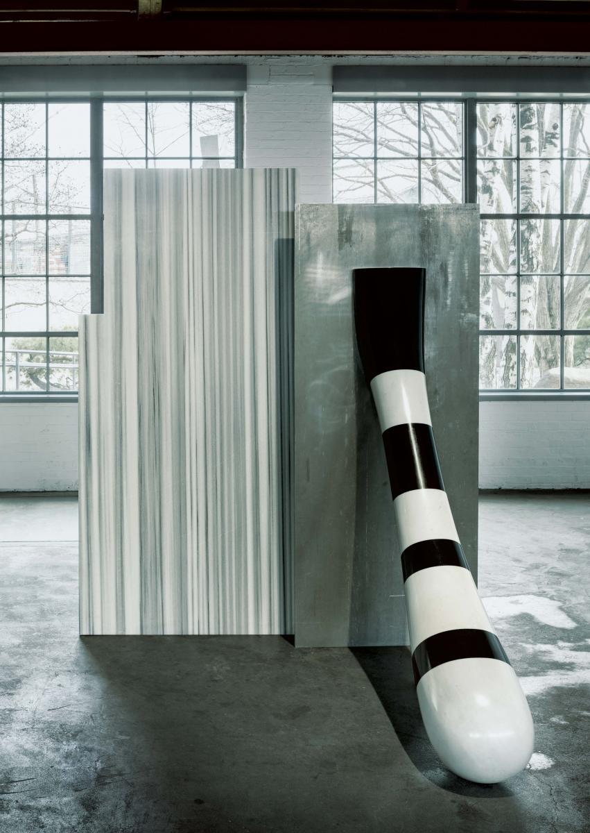 Le bar Cut_Paste #5 (2015) de Robert Stadler, et l'œuvre Big Id (1971) d'Isamu Noguchi. Vue de l'exposition Solid Doubts: Robert Stadler at the Noguchi Museum.
