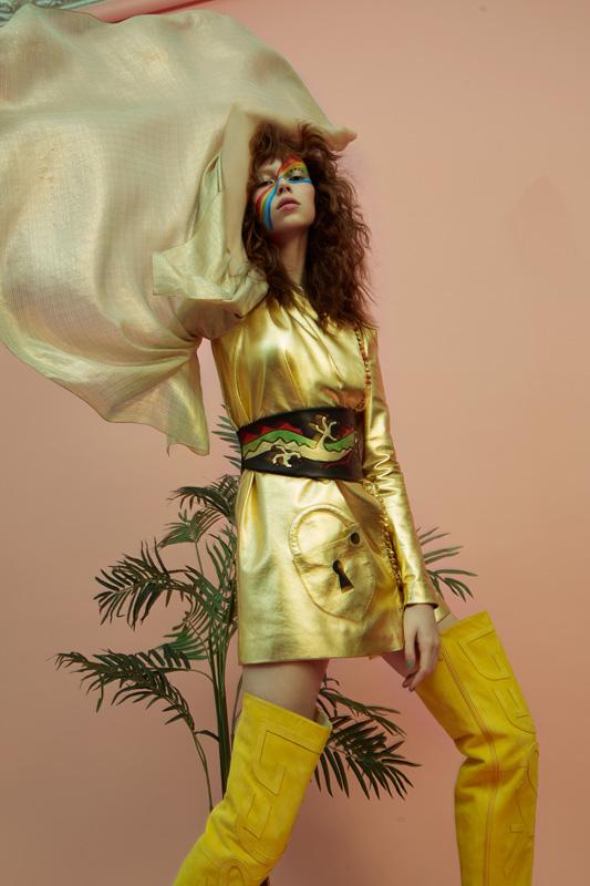 Tunique cadenas de cuir or et mousseline lamée poudre d'or, cuissardes « Cœur » veau velours, SCHIAPARELLI HAUTE COUTURE.