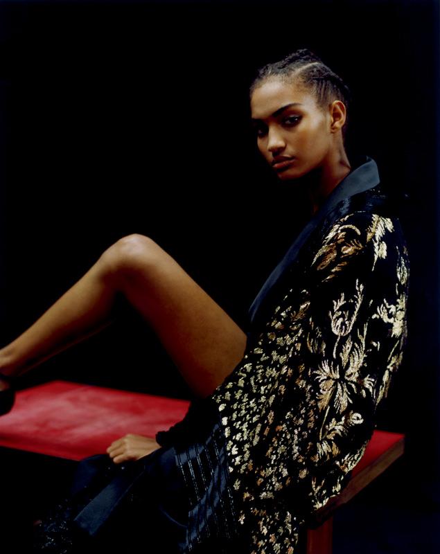 Kimono long en mousseline de soie brodée de feuilles d'or, AZZARO COUTURE.