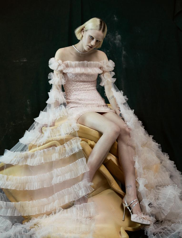 Minirobe bustier rose ballerine en tweed à longues manches à effet traîne en tulle plissé et chaussures, G E O R G E S CHAKRA COUTURE.