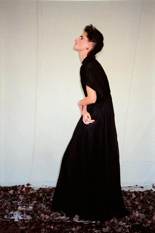 Longue robe en tulle et bijoux, DIOR.