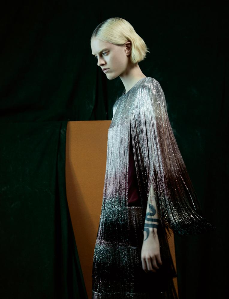 Robe longue en satin de soie brodé de franges de perles, AZZARO COUTURE.