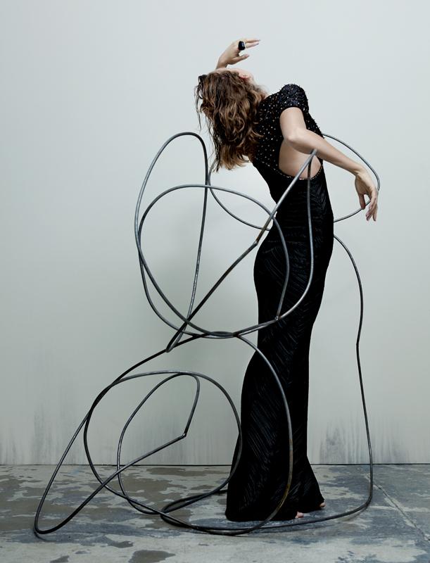 Robe longue asymétrique en soie noire brodée de cristaux, et bague, GIORGIO ARMANI PRIVÉ.