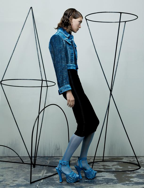 """""""Bye Bye Blues"""" - blouson façon jean en broderie de rubans délavés sur une jupe entravée de crêpe sable noir et sandales, GAULTIER PARIS."""