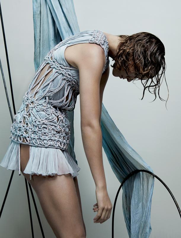 Mini-robe en mousseline de soie drappée, entièrement corsetée d'un tressage de cordelettes de cristal SWAROVSKI et de georgette de soie, ATELIER VERSACE.