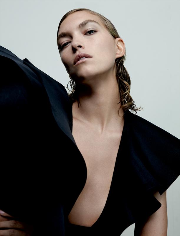 Mini-robe en tulle élastique et satin de soie à manches ailes asymétriques en organza de soie, REDEMPTION COUTURE.