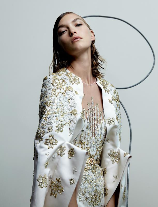 Cape en satin de soie rebrodé de sequins, de cristaux et de fils d'or, combinaisaon-pantalon en satin et mousseline de soie coordonnée, et ceinture, ELIE SAAB HAUTE COUTURE.