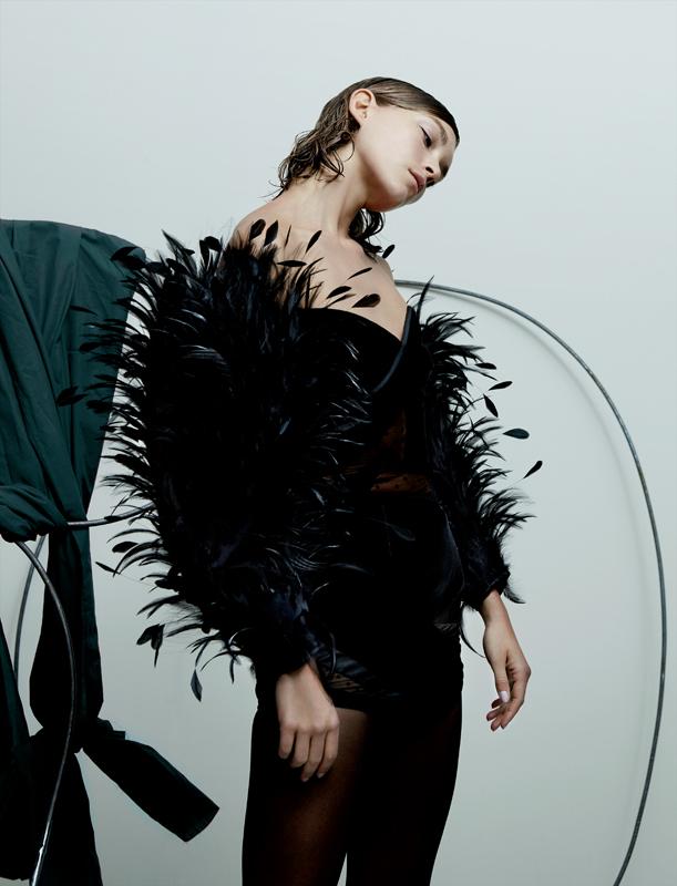 Mini-robe bustier en velours et plumetis à manches de plumes de coq déchirées, ALEXANDRE VAUTHIER COUTURE.
