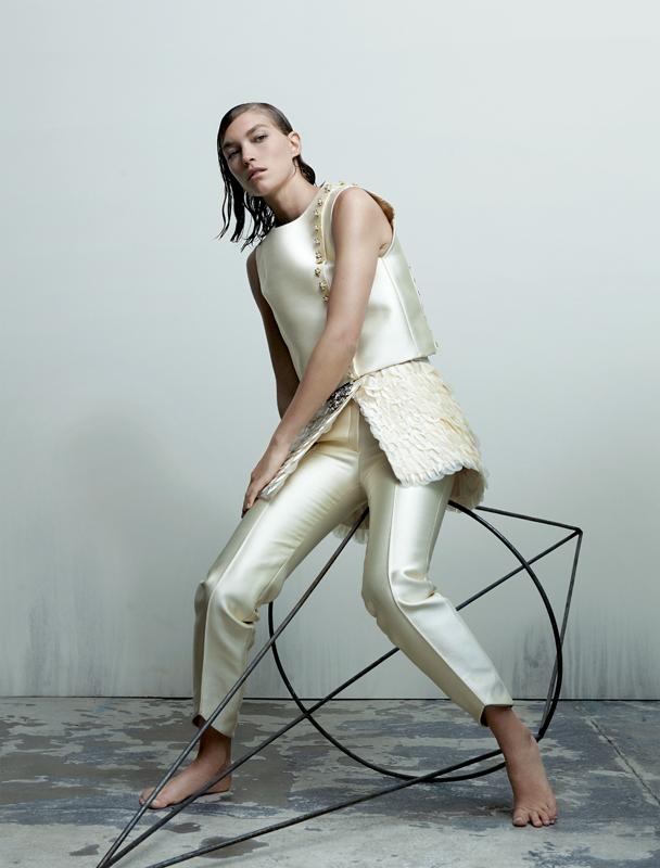 Tailleur-pantalon troie pièces en soie et pétales d'organza, brodé de cristaux et de perles, GEORGES HOBEIKA COUTURE.
