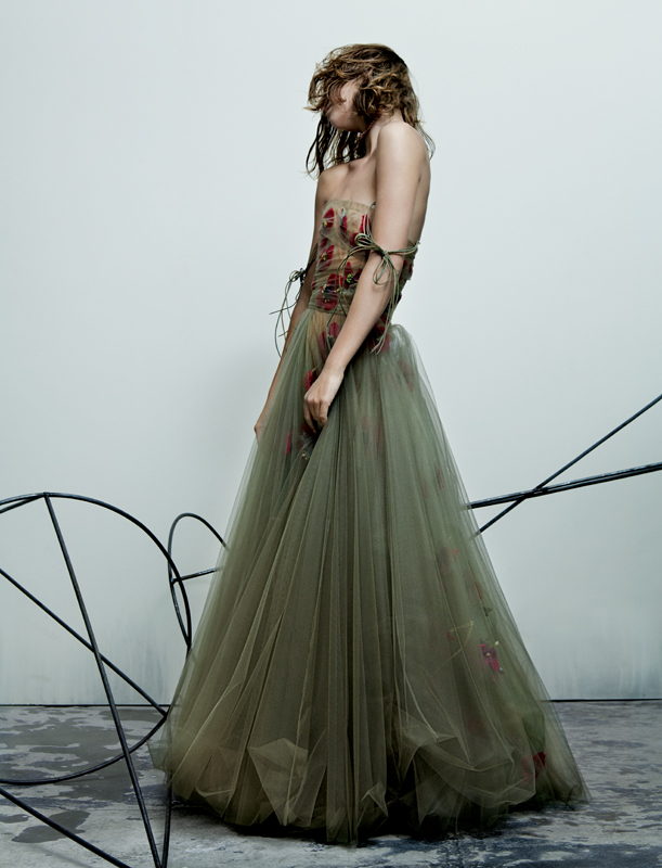 """""""Mémoire d'été"""" - robe de bal en tulle superposé brodé de coquelicots dans l'esprit herbier, libellule en colère, DIOR HAUTE COUTURE. Collier ronces, CLAUDE LALANNE POUR DIOR HAUTE COUTURE."""