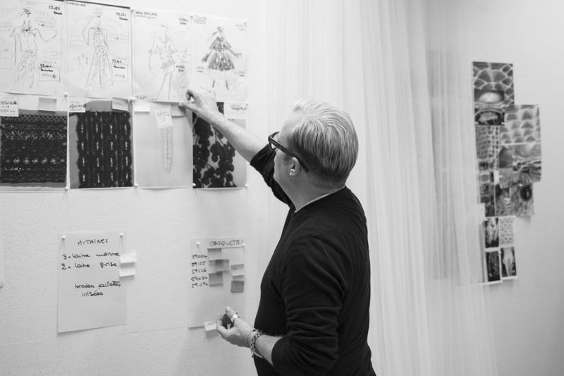 Hubert Barrère, directeur artistique de Lesage, devant les croquis de Karl Lagerfeld.