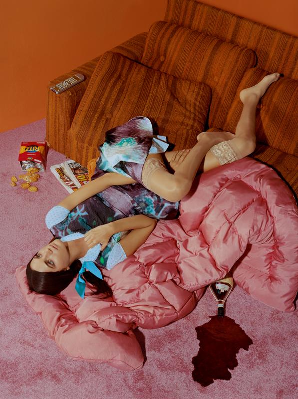 Robe en toile de nylon imprimée et cloquée, PRADA. Robe en popeline de coton, FIFI CHACHNIL. Ruban, MOKUBA. Bas, FALKE.