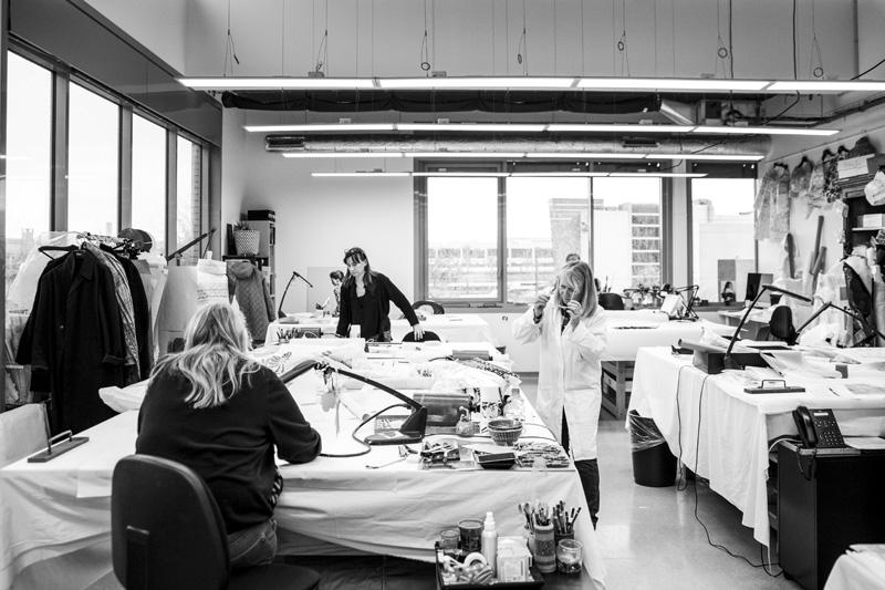 Dans cette partie de l'atelier Lesage, lesbroderies sont préparéesgrâce à des dessins sur papier calque, qui sont ensuite appliqués sur les tissus.